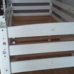 donne lit enfant en bois en hauteur
